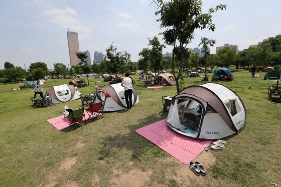 초여름 날씨를 보인 지난 6일 오후 서울 여의도 한강공원에 텐트들이 설치돼있다. 〈사진=연합뉴스〉