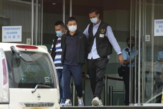 17일 오전 라이언 로 빈과일보 편집장이 경찰에 체포돼 이동하고 있다. 〈사진=AP 연합뉴스〉