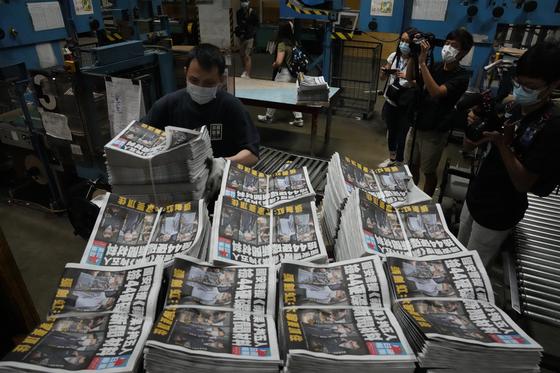 홍콩 경찰이 빈과일보 사무실을 급습한 다음날인 지난 18일 인쇄소에 쌓여 있는 빈과일보. 〈사진=AP 연합뉴스〉