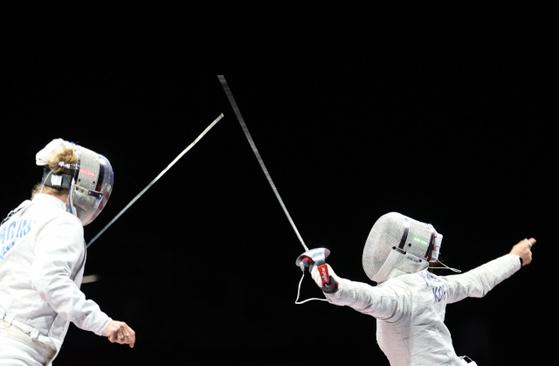 지난 26일 마쿠하리 메세홀에서 열린 도쿄올림픽 펜싱 여자 사브르 16강전에서 김지연 선수가 미국 마리엘 자구니스 선수와 경기를 펼치고 있다. 〈사진=연합뉴스〉