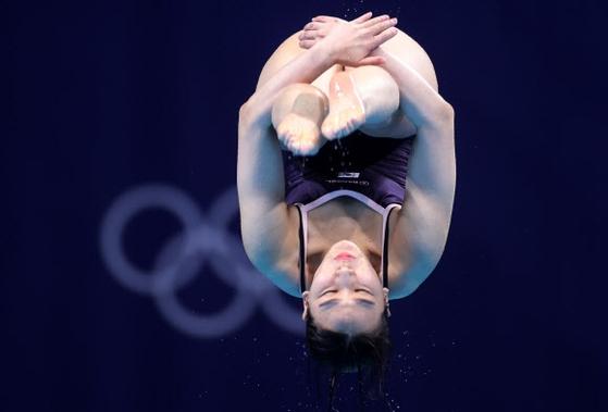 한국 여자 다이빙의 새 역사를 쓴 김수지가 3m 스프링보드 예선에서 공중 연기를 펼치고 있다. 〈사진=연합뉴스〉
