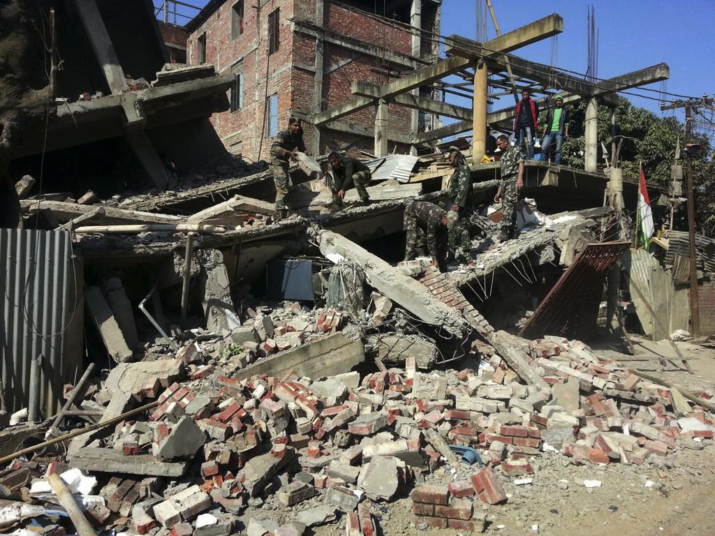 인도 규모 6.7 처참한 지진피해 현장 [AP=뉴시스]