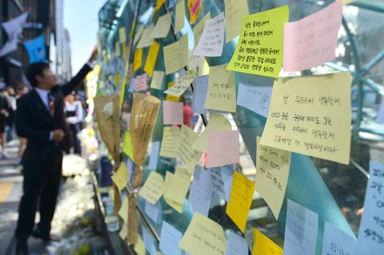 강남역 묻지마 살인사건···시민들 추모 행렬