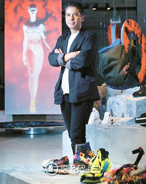 [사람 속으로] 촌티 나는 '못난이' 신발로 파리 명품과 맞대결, 그게 성공 비결