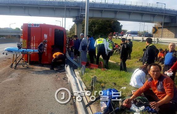 6일 오전 9시 32분쯤 대전시 대덕구 신대동 경부고속도로 부산 방향 회덕 분기점 인근(부산 기점 278㎞)에서 관광버스가 우측으로 넘어졌다. 이 사고로 승객 4명이 숨지고 40여명이 다쳤다. 다친 승객 가운데 7명은 중상이다. [사진 도로공사제공]