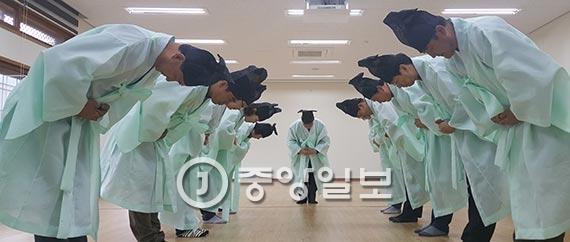 지난달 28일 한국선비문화연구원에서 경남 지역교육청과 학교 공무원들이 선비복장으로 예절교육을 받고 있다. [산청=위성욱 기자]