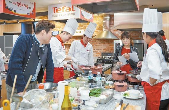 '제6회 테팔 요리왕 대회'에서 오세득 셰프(왼쪽에서 첫째)와 맹현지 셰프(왼쪽에서 넷째)가 참가자 요리 과정을 심사하고 있다. 프리랜서 송경빈