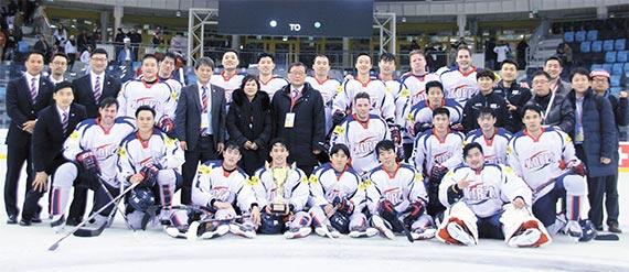 아이스하키 대표팀이 유로 챌린지에서 우승을 차지한 뒤 기념 촬영을 하고 있다. 한국은 2014년 백지선 감독 부임 이후 몰라보게 달라졌다. [사진 대한아이스하키협회]