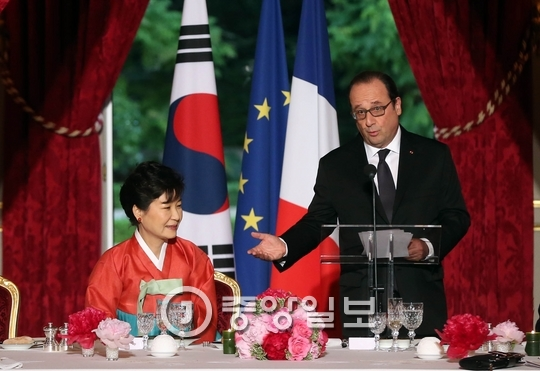 프랑수아 올랑드 대통령이 지난 6월 3일 프랑스 파리 엘리제궁에서 열린 박근혜 대통령 초청 국빈만찬에서 만찬사를 하고 있다. [중앙포토]