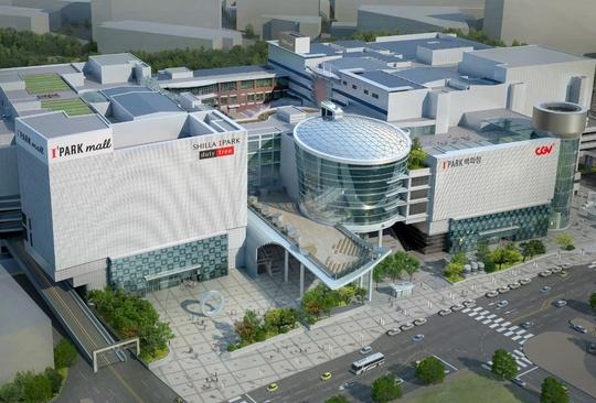 서울 용산 현대아이파크몰이 증축된 이후의 모습을 가정한 조감도. 아이파크몰은 내년까지 좌측부 3개층, 우측부 5개층을 증축하는 한편, 우측부에 CJ CGV의 본사와 복합 한류타운을 유치해 문화공간으로 키우겠다는 포부다. [사진 HDC현대아이파크몰]