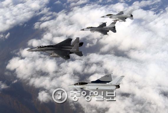 사상처음으로 3국 연합훈련을 하고 진행중인 한국과 미국, 영국 공군 전투기들이 기동훈련을 펼치고 있다. 위로부터 한국 공군의 KF-16, 미 공군의 F-16, 한국 공군의 F-15K, 유로파이터 타이푼[사진 공군]