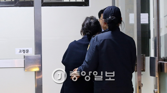 박근혜 대통령의 비선실세로 지목돼 구속된 최순실씨가 8일 오후 서울 서초구 서울중앙지방검찰청으로 조사를 받기위해 들어가고 있다.