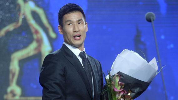 8일 서울 홍은동 그랜드힐튼호텔에서 열린 `2016 현대오일뱅크 K리그 시상식`에서 MVP로 선정된 광주 정조국이 트로피를 받고 감격스러워 하고 있다. [사진=뉴시스]