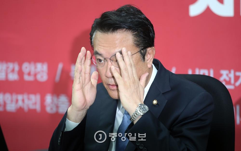 정진석 새누리당 원내대표가 8일 오전 열린 원내대책회의에서 굳은 표정으로 안경을 고쳐쓰고 있다.