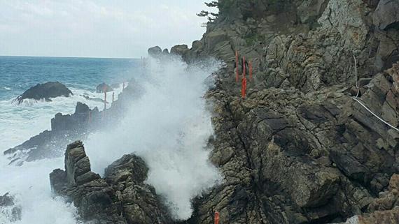 동해해양경비안전본부 특공대원과 근로자 등 2명이 숨지고 1명이 실종된 강원 삼척시 초곡항 인근 갯바위. [사진 동해해양경비안전본부]