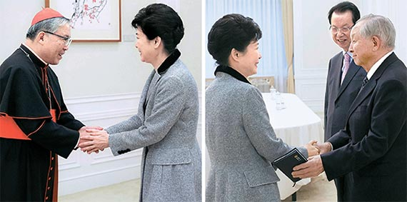 """박근혜 대통령이 7일 천주교와 기독교 원로를 청와대로 초청해 정국 수습책을 들었다. 박 대통령은 이날 오전 염수정 추기경(왼쪽 사진)을, 오후에는 김장환(오른쪽)·김삼환 목사를 만났다. 박 대통령은 이 자리에서 """"청와대에서 굿을 했다는 등의 사이비 종교 관련 소문은 사실이 아니다""""고 해명했다. [사진 청와대]"""