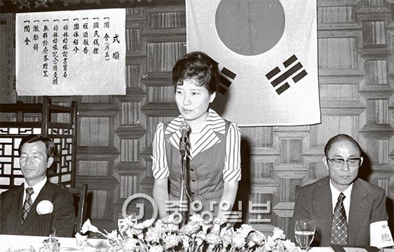 1975년 9월 2일 대한구국선교단과 서울시의사회의 자매결연식에 큰영애 박근혜양이 참석했다. 오른쪽은 총재 완장을 두른 최태민 총재. [중앙포토]