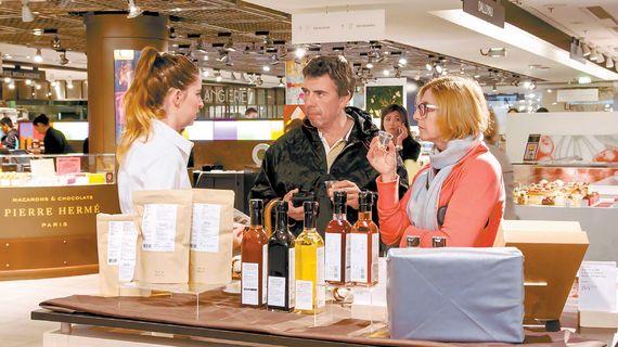 지난 6월, 프랑스 파리 갤러리 라파예트 백화점에서 열린 '제1회 코리아 고메 아티장 페어'에는 '명인명촌' '종가장촌' 등 5개 브랜드가 참가했다. [사진 현대백화점]