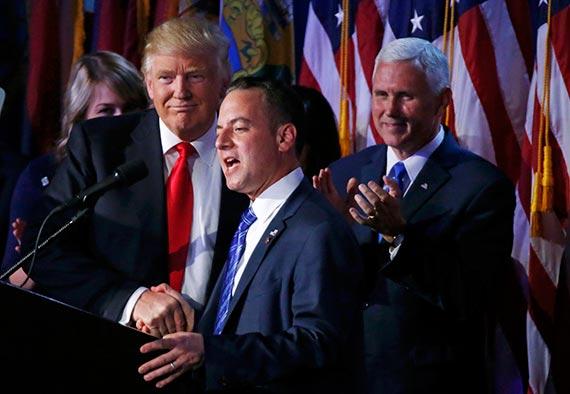9일 대선 승리 연설 자리에 모인 트럼프 측 인사들. 왼쪽부터 트럼프, 라인스 프리버스 공화당 전국위원장, 마이크 펜스 부통령 당선인. [로이터=뉴스1]