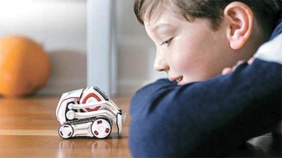 앤키는 주인을 알아보고 교감하는 AI 장난감 로봇 '코즈모'를 내놓았다. 모니터를 통해 표정을 짓거나 내장 스피커를 통해 소리는 내는 식으로 상황에 맞춰 감정을 표현한다. [사진 앤키]