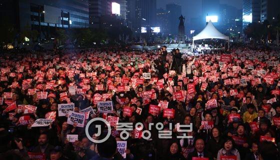 지난 5일 서울 도심에서 열린 촛불집회. [중앙포토]