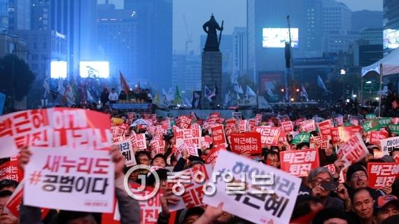박근혜 대통령 퇴진 2차 국민행동 및 촛불집회가 5일 오후 서울 광화문광장에서 열렸다. 행사에 참가한 시민들이 구호를 외치고 있다. 박종근 기자