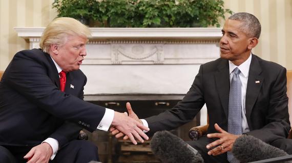 두 남자가 처음으로 만났다. 한 남자는 현재의'세계 권력.' 다른 남자는 한 달여 뒤의 '세계 권력'이다. 두 남자는 피부색만큼이나 정치적 목표, 배경 등이 확연히 다른 사람이다. 둘은 지난 몇 년 동안 서로를 조롱하며 상대를 치열하게 깎아 내린 사이다. '사적 원한'이 아주 깊고 큰 사이. 버락 오바마 대통령과 도널드 트럼프 차기 대통령이 10일 마침내 백악관에서 만났다. 두 대통령의 눈빛이 예사롭지 않다. [AP=뉴시스]