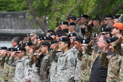 주한미군사령부에서 본국으로 귀환하는 장병들에게 경례를 하고 있다. [사진 주한미군사령부]