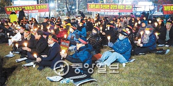 검단스마트시티 사업이 사실상 중단되자 '검단을 사랑하는 모임' 회원들이 9일 오후 대책마련을 촉구 하고 있다. [인천=장진영 기자]