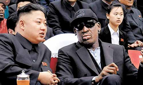 2013년 2월 김정은이 데니스 로드맨을 평양으로 초청해 테니스 경기를 관람하는 모습.[중앙포토]