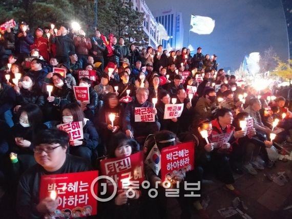 촛불 시위에 참석한 시민들. 사진=신인섭 기자