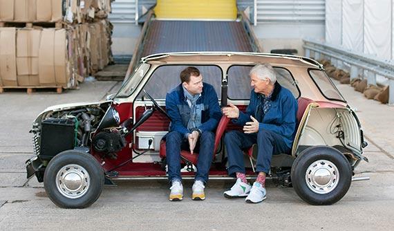 다이슨의 창업주 제임스 다이슨(오른쪽) 회장이 다이슨 이사회 의장인 장남 제이크 다이슨과 얘기를 나누고 있다. 영국 맘스베리 다이슨 본사의 '반으로 자른 1961년형 미니 자동차' 안에 앉아서다. 이 차는 제임스 다이슨의 환갑 때 직원들이 돈을 모아 선물한 것이다. 차체는 작지만 4명이 앉을 수 있는 디자인과 기술의 결정체로, 외부보다 내부가 더 중요하다는 의미로 차를 반으로 잘랐다. [사진 로라 패낵, 카메라 프레스 런던]