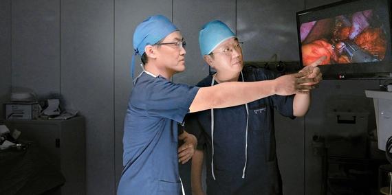 민병원 대사내분비센터 강길호 진료원장(왼쪽)과 김종민 대표원장이 당뇨대사 수술 개선 방안을 논의하고 있다. 프리랜서 송경빈