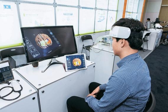 지난 7일 열린 '2016 바이오 미래포럼'에서 KAIST 연구팀이 자체 개발한 휴대용 뇌 영상장치를 태블릿 PC와 연결해 운용하고 있다. 프리랜서 홍진기