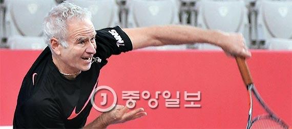 1992년 이후 24년 만에 한국을 찾은 테니스의 전설 존 매켄로. 머리엔 백발이 성성하고 얼굴엔 주름이 깊게 패였지만 시속 145㎞의 강서비스를 구사했다. [사진 신인섭 기자]