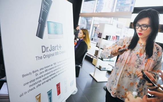 닥터자르트 제품은 미국 750여 개 매장에서 팔린다. 뉴욕 타임스퀘어 세포라 매장에서 한 고객이 이 회사 BB크림을 발라보고 있다. [사진 닥터자르트]