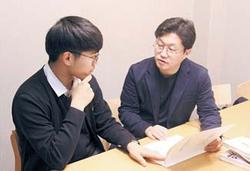 엄코치연구소 엄명종 학습코치(오른쪽)가 학생에게 스스로 공부하는 법을 알려주고 있다.