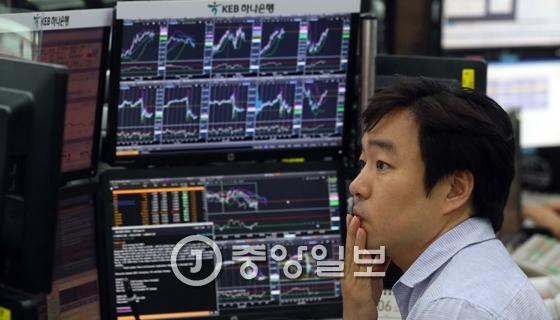 14일 서울 명동 KEB하나은행 딜링룸에서 한 직원이 컴퓨터를 통해 증시ㆍ외환시장의 변화를 살피고 있다. [중앙포토]