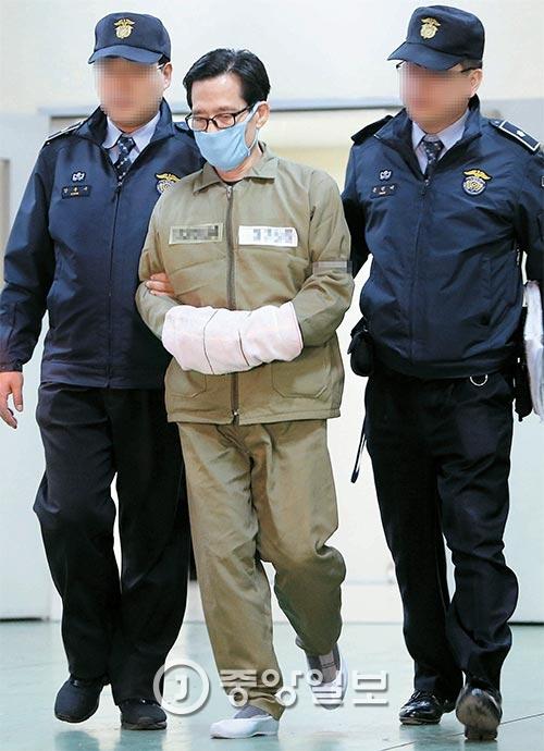 엘시티 실질 사주 이영복 회장이 12일 오후 구속영장이 발부된 뒤 부산지검에서 구치소로 이동하고 있다. [사진 송봉근 기자]