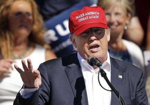 지난 5월 '미국을 다시 위대하게' 구호를 새긴 모자를 쓴 트럼프, 이번 대선에서 시종일관 강한 미국을 다시 만들겠다고 강조했다. [사진 AP]