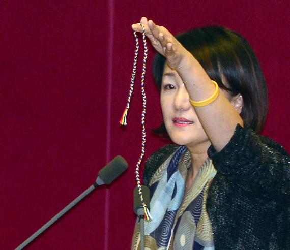 이재정 더불어민주당 의원은 지난 11일 국회에서 황교안 총리에게 오방색 끈을 들어보이고 있다. [뉴시스]