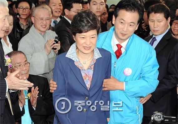 2008년 총선 당시 박 대통령과 경기 군포 산본 유세 현장을 누비던 유영하 변호사. [중앙포토]