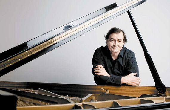 20세기 작곡가, 현존 작곡가의 음악을 탐구해 청중에게 꾸준히 소개하는 피아니스트 피에르 로랑 에마르가 두 번째 내한 독주회를 연다. [사진 LG아트센터]