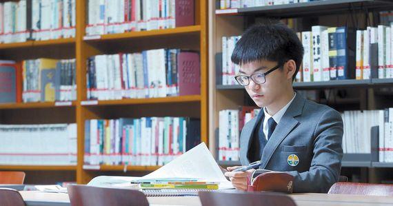 서초고 1학년 전교 1등인 최승규(16)군은 학원에서 받는 주입식 강의보다 혼자 하는 공부가 가장 효율적이라고 믿는다. 하루 최소 2시간은 혼자 공부하고 모르는건 꼭 선생님에게 질문해 해결한다.