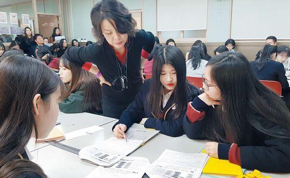 11일 서울 압구정고 2학년 4반의 영어 수업 . 학생들은 각자 맡은 부분을 공부한 후 서로에게 설명하면서 부족한 부분을 보완한다.