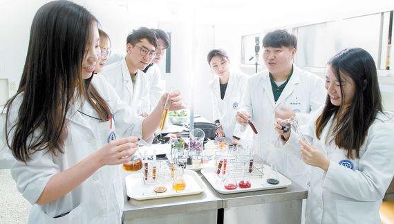 ▶연세대 식품영양학과 학생들의 '실험조리 및 식품개발' 수업 모습. 학생들이 양파·당근·간장 같은 식재료를 가열하거나 식초 물에 넣어보면서 조리환경에 따라 재료의 색이 어떻게 달라지는지 관찰하고 있다.