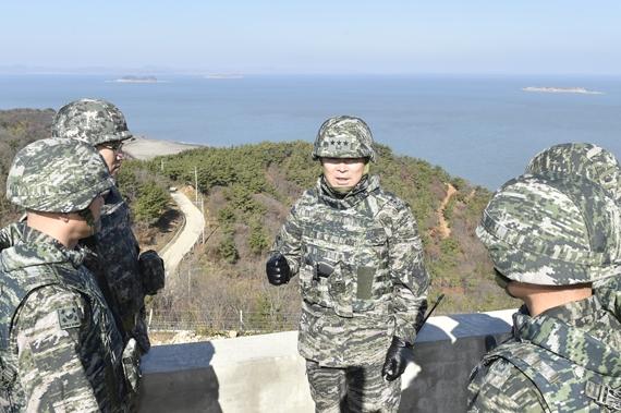 이상훈 해병대사령관이 15일 연평부대를 방문해 전투준비태세를 점검하고 있다. [사진 해병대사령부]
