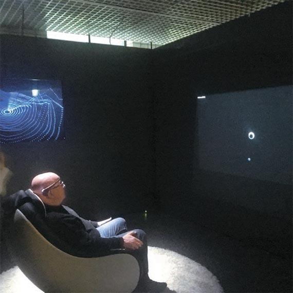 프랑스 작가 모리스 베나윤의 '브레인 팩토리'. 뇌파 측정 수신기를 머리에 쓰고 감정을 데이터 시스템으로 변환, 시각화한 추상 조각을 3D 프린터로 뽑아낸다.