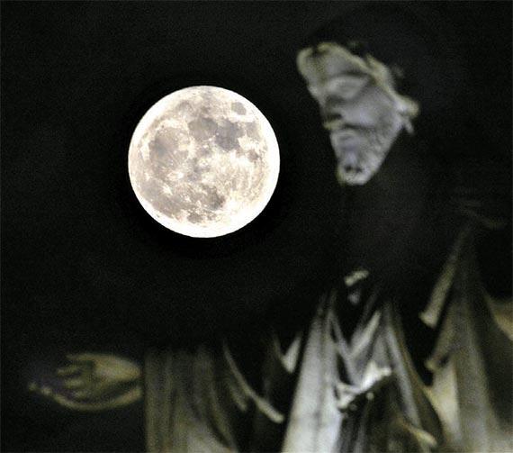 14일 오후 8시 21분 대전 서구 가수원성당에 68년 만의 수퍼문이 떴다. 전날 밤 세계 곳곳에서 관측된 보름달의 모습. [대전=프리랜서 김성태]