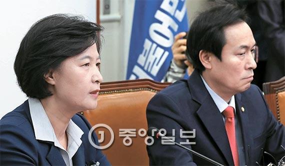 추미애 더불어민주당 대표가 박근혜 대통령과의 영수회담에 참석하지 않기로 했다. 추 대표는 14일 열린 의원총회에서 다수 의원들의 반대에 부닥쳐 회담 참석을 철회했다. 오른쪽은 우상호 원내대표. [사진 김현동 기자]